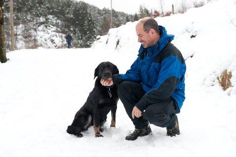 Turkamerater: Hundeområdet i Kanadaskogen er fortsatt bare et notat. Jens Bacher og hunden Hel (11) koser seg uansett i det populære turområdet.FOTO: ARNE RISTESUND