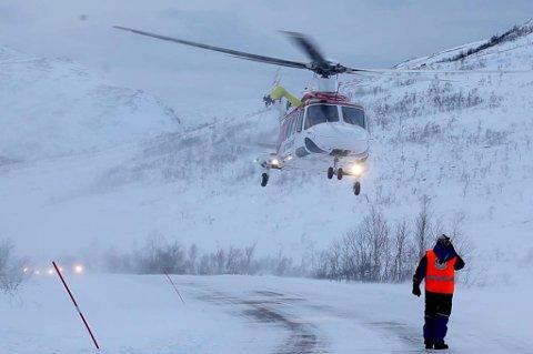 Et ambulansehelikopter fraktet bergingsmannskaper i skytteltrafikk til skredområdet, som lå flere kilometer fra vei.
