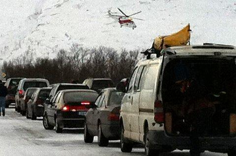 UTILGJENGELIG OMRÅDE: Luftambulansen i lufta over Kattfjordeidet lørdag ettermiddag.