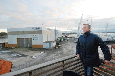 I forbindelse med at Arne Lindstøl ønsket å selge ned sin eierandel i Solsiden 1 AS ble det foreslått å kreve garanti for at utbyggeren ferdigstilte en del anlegg på Holmen. Bystyret valgte å utsette denne saken torsdag kveld.