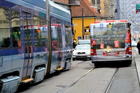 Folk rundt og i hovedstaden blir stadig flittigere brukere av trikk og buss.