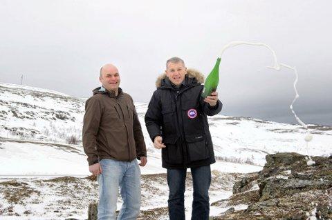 GLADE KARER: Morten Andersen (venstre) og Geir Knutsen ser lett for seg et skue av vindmøller i bakgrunnen. De gleder seg vilt til å kunne se vindkraftverket reise seg.