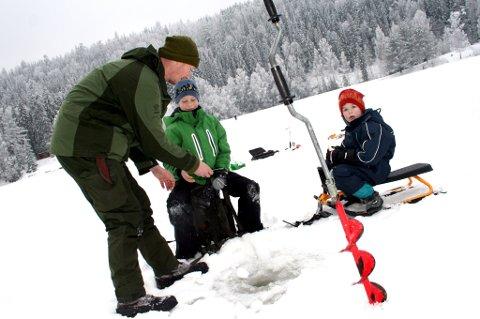 FRYST VANN FRISTER: Mange vil ut på isen for å pilke, gå på ski eller skøyter. Men det er vitkig å sjekke at det er trygt først. Her er Thor-Arne, Marcus og Robin Vestli i gang med pilking på Myrdammen ved en tidligere anledning.