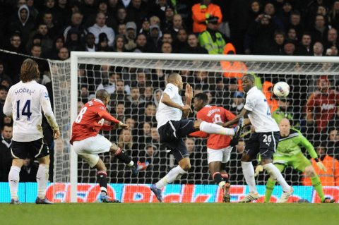 Ashley Young var kampens store spiller. Her curler han inn 3-0 mot Tottenham.