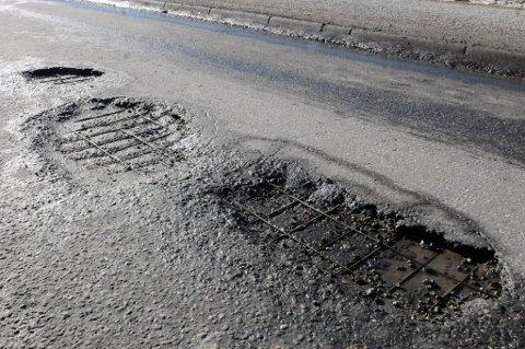 JERNET TITTER FRAM: Slik ser Stasjonsveien inn mot Bjørkelangen sentrum ut. Statens vegvesen forsikrer at hullene vil bli tettet i løpet av kort tid.  FOTO: BJØRN IVAR BERGERUD
