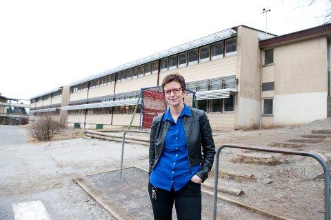 Rektor Hanne-Guri Hellevang fortviler over inneklimaet ved Nattland skole. En ny måling viser at 16 klasserom har utilfredsstillende inneklima og kan bare brukes i begrenset grad. -Jeg vil bruke tid på undervisning, ikke på gamle bygg med dårlig inneklima, sier hun.