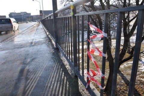 Åpningen i rekkverket på Hønefoss bru er foreløpig stengt med sperrebånd.