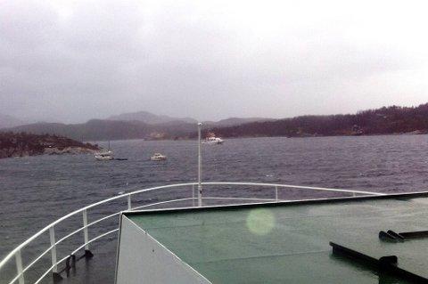 «Veøy» ligger ved kai på Feta. To småbåter og flytebrygga ligger å flyter ute i Tømmervågen.