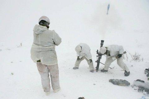 Styrkene fra Canada deltar med bombekastere under den store skyteøvelsen.