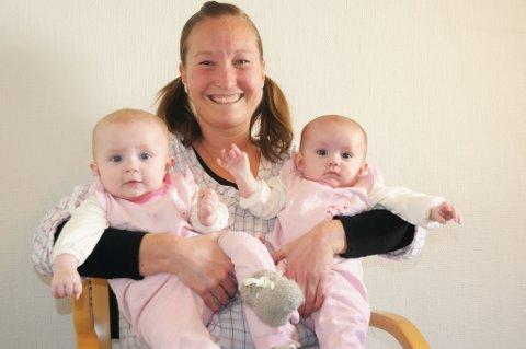 Tvillinglykke:  Cecilie Møllergaard koser seg hjemme med døtrene Alva (til venstre) og Hillevi.
