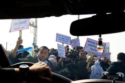 Helgens tilspissing av konflikten er den verste på tre år, og den såkalte Midtøstenkvartetten, bestående av USA, Russland, EU og FN samles nå for å diskutere krisen. Bildet er fra 2. februar i år da FNs generalsekretær Ban Ki-moon krysset grensa fra Israel til Gaza. Siden da er situasjonen blitt enda mer betent.