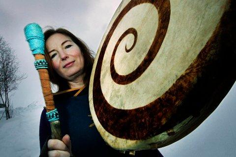 UTØVER SJAMANISME: Lone Ebeltoft er styremedlem i den snystifta Sjamanistisk forbund, som det første og eneste i sitt slag i Norge. - Vi vil ivareta gammel samiske ig norrøn tradisjon og praksis.