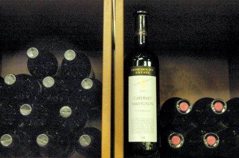 Vin bør oppbevares liggende i et mørkt og kjølig rom.