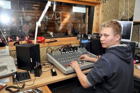 TEKNIKK: 15 år gamle Tobias Anton Lien trives som teknikker for gammelkallan inne i studio, slik at sendingene kommer ut på lufta.