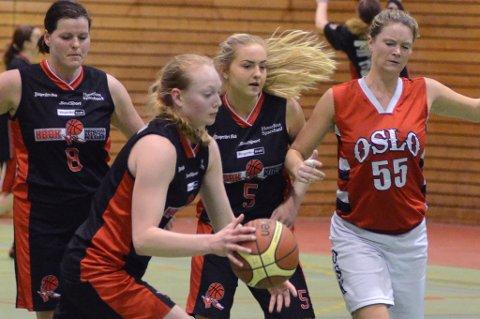 Siri Granheim (med ballen) er fast på det norske U18-landslaget som skal spille nordisk mesterskap i midten av mai. 17-åringen har vært en av de beste på HBBKs 1. divisjonslag i år.