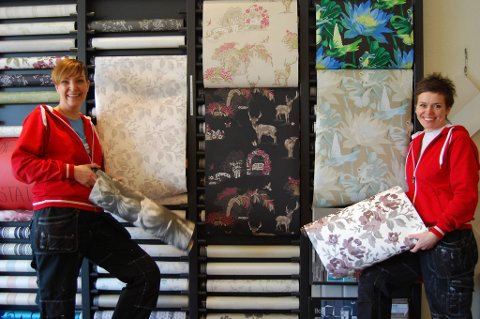 Heidi Synøve Sørensen og Trude Iren Bergheim har mange tapeter på lager.