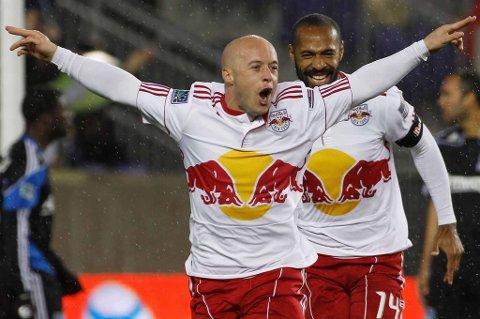 LSK-SPISS: Luke Rodgers feirer etter å ha scoret for New York Red Bulls. Spisspartner Thierry Henry kommer jublende til. FOTO: SCANPIX