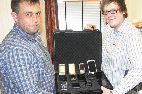 Lagres forsvarlig: Tor Erik Håland og Tor Ingvald vil gjerne ta hånd om tusenvis av brukte telefoner og ipad (nettbrett). (Foto: Øystein K. Darbo)