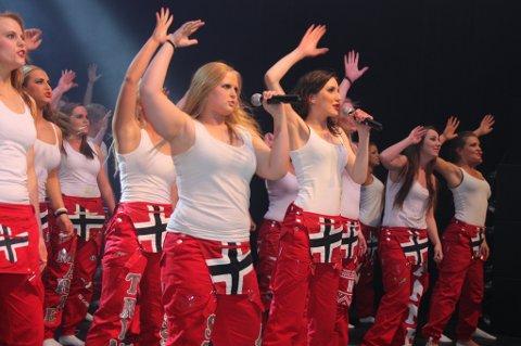 Stine Asbjørnhus (t.v.) og Frida Gravbråten var solister under åpningsnummeret.