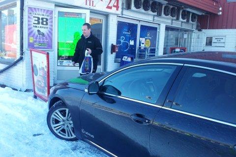 HANDLER: Bjørn-Gunnar Jørgensen (Frp) handler på Bobbo til tross for at kiosken er tatt ut i streik av Handel og Kontor.