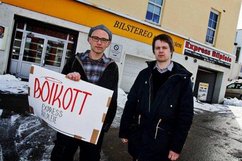 NABOKRANGEL: Roy Arne Josefsen og Brynmor Evans demonstrerer mot vaskehallen som Josefsen mener gjør slik at han må leve i konstant kjemikaliedunst.
