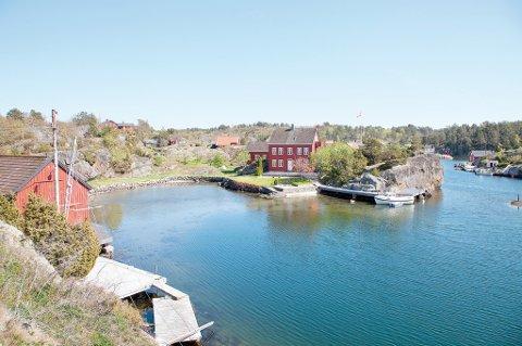 Perle: Denne prakteiendommen på Sandøya ligger nå ute for salg med en prisantydning på 7,9 millioner kroner. Megler Peder Steen tror eiendommen vil være lett å selge, selv om det er boplikt. (Foto: Dnb)