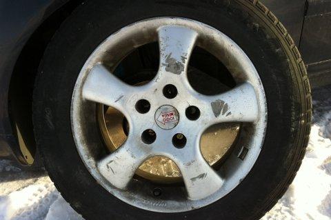Dette er et av hjulene tyvene la igjen ved bilen.