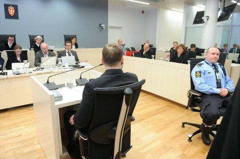Anders Behring Breivik svarer sine egne forsvarere under fredagens rettssak.