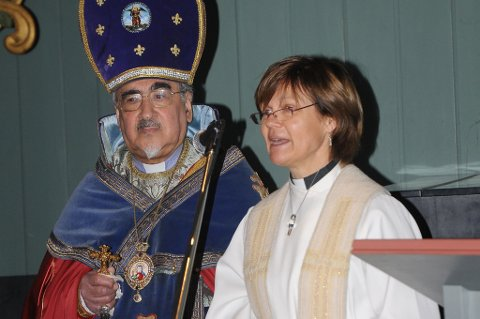 Erkebiskop Mesrop var kommet med fly fra Østerrike for å holde armensk gudstjeneste på Vegårshei. Her sammen med prest Annette Tronsen Spilling.