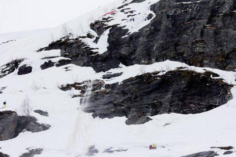"""Speedrideren kolliderte og ble liggende ved enden av denne fjellveggen i """"Saudasvingen"""" i Røldal. Hjelpemannskapet var raskt på plass."""