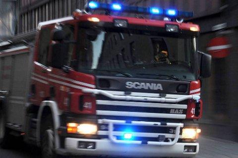 En person er savnet etter en boligbrann på Aurskog i Akershus natt til tirsdag. En annen person pådro seg røykskader og ble sendt til sykehus.