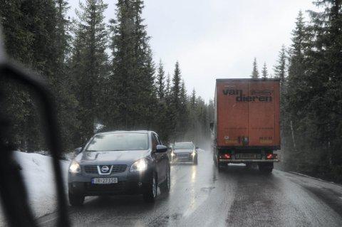 MYE TRAFIKK: ? Mange tunge kjøretøy bruker Tonsåsen. Veien er i teknisk dårlig forfatning, den er smal og svingete og vanskelig å kjøre på dårlig føre, sier Jørand Lunde (H).