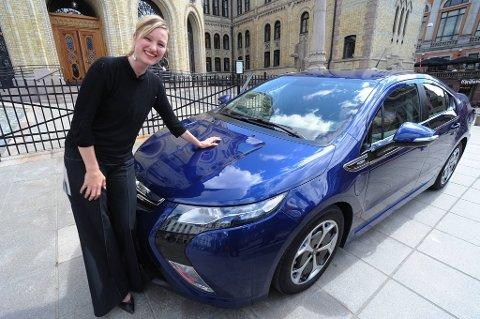 SVs Inga Marte Thorkildsen prøvekjørte i fjor den nye Opel Ampera, en elbil med lader. Thorkildsen er nå barne-, familie-, likestillings- og inkluderingsminister. Regjeringen vil ha ned utslippene fra biler, ifølge klimameldingen som kom onsdag.