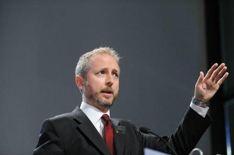 Miljøvernminister Bård Vegar Solhjell (SV) kommenterer regjeringens klimamelding på Statsministerens kontor onsdag.