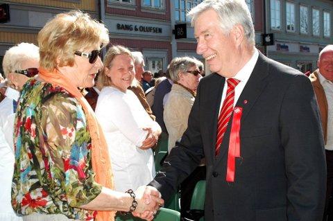Finansminister Sigbjørn Johnsen ble varmt tatt imot på torget i Fredrikstad.