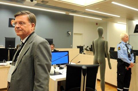 Rettsmedisiner, professor Torleiv Ole Rognum brukte en dukke til demonstrasjon av obduksjon under sin vitneforklaring.