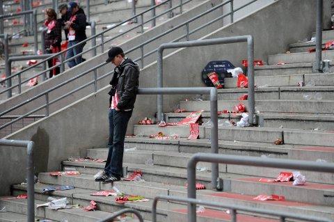 En Köln-supporter står igjen etter at nedrykket var et faktum lørdag.