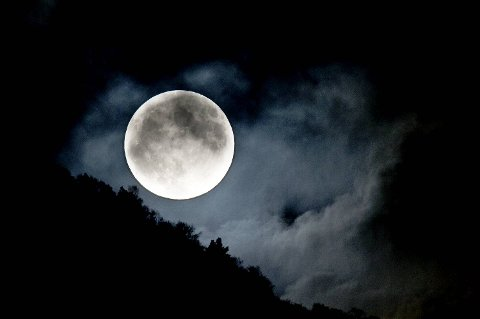 Supermånen sett fra Klauvaneset i Åsane mot Tellevikfjellet.