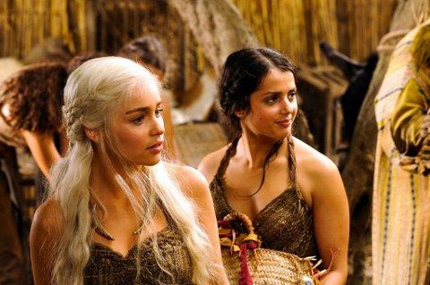"""MEGASUKSESS: Amrita Archaya (til høyre) har spilt rollen som Irri i HBOs """"Game of Thrones"""". Her med hovedrolleinnehaver  Emilia Clarke."""