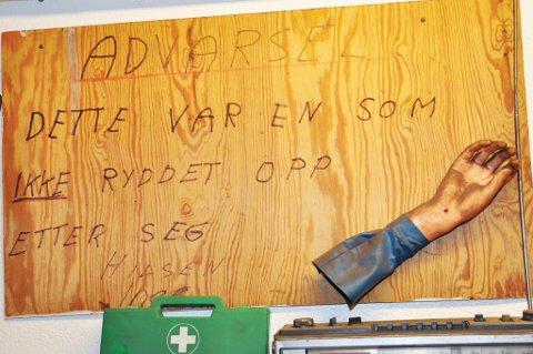 Dette skiltet henger på kommunens verksted.