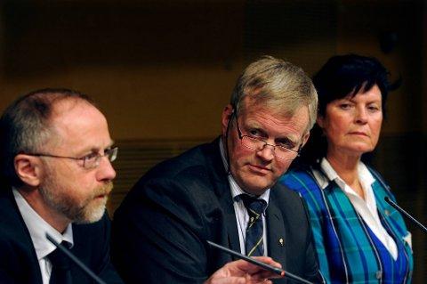 Statens forhandlingsleder Leif Forsell (til venstre) samt Nils T. Bjørke i Norges Bondelag og Merete Furuberg i Norsk Bonde- og Småbrukarlag.