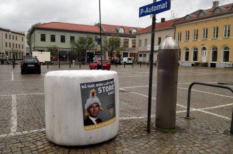 Mandag lå det rundballer med budskapet «Nå har Jens lagt det store egget  ingen mat uten bønder» rundt om i hele landet. På torget i Halden ble en rundball plassert ved siden av billettautomaten.