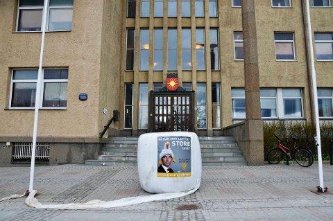 Mandag lå det rundballer med budskapet «Nå har Jens lagt det store egget  ingen mat uten bønder» rundt om i hele landet. Denne rundballen møtte de ansatte ved Bodø rådhus mandag morgen.