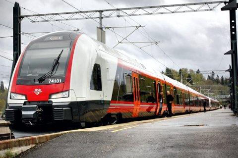 JOMFRUTUR: Første Flirt-tog i rute ankom Eidsvoll stasjon før ordinær ankomsttid. Toget er hurtig og svært stille. FOTO: RUNE FJELLVANG