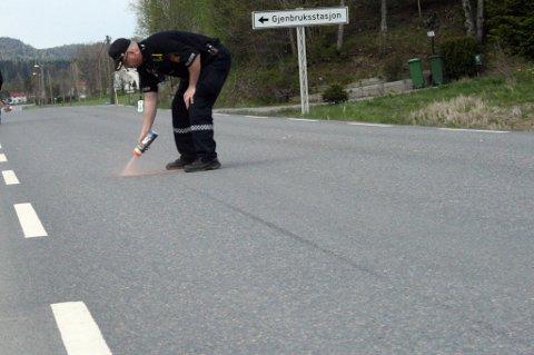 OPPMÅLING: Her markerer Svein Walle fra politiet hvor de synlige bremsesporene fra motorsykkelen starter. FOTO: BREDE HØGSETH WARDRUM