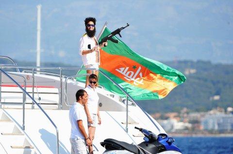 Admiral General Aladeen (Sacha Baron Cohen) vakte oppsikt på denne luksusyachten i Cannes.