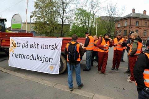 Norske bønder har denne uka aksjonert en rekke ganger. Sist mot Sunnmørspostens trykkeri. Bildet er fra tirsdag, da bønder aksjonerte utenfor Bjølsen Valsemøtte i Oslo.