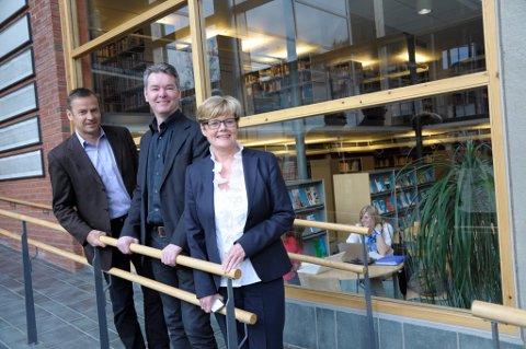 Dekan Hans Anton Stubberud, professor Håvard Næss og rektor Kristin Ørmen Johnsen gleder seg over at HiBu får fire nye professorater.