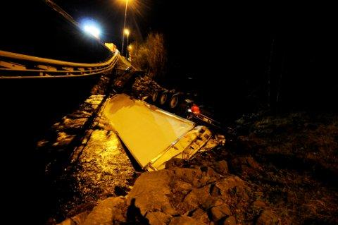 I ELVA: Slik ble traileren liggende i elva, mange meter under brua og ute i vannet.