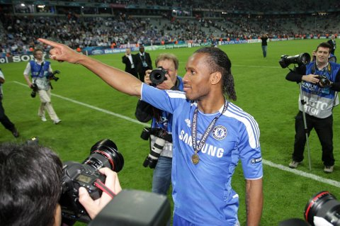 Didier Drogba koste seg i blitsregnet etter seieren mot Bayern München.